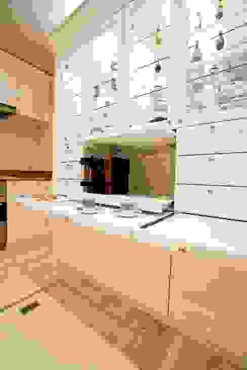 天然石をふんだんに使い細部までこだわり抜いた上質空間 クラシックデザインの キッチン の QUALIA クラシック