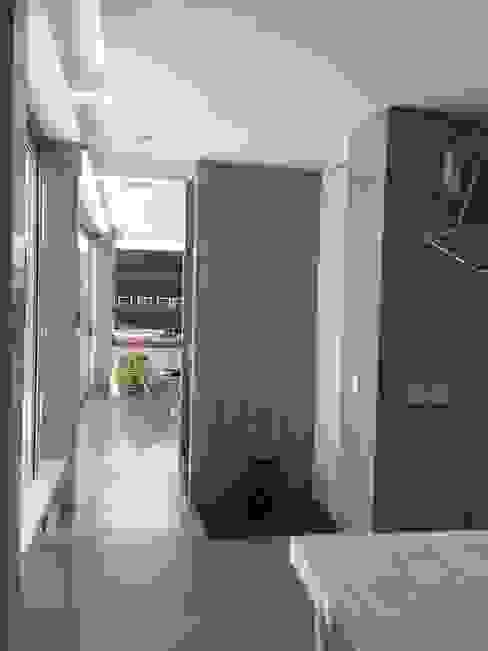 Casa Q Pasillos, vestíbulos y escaleras modernos de Felipe Gonzalez Arzac Moderno