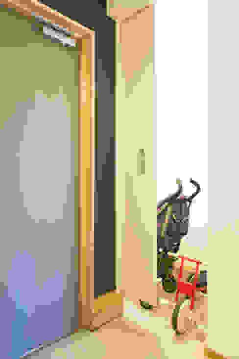 子育てテラスハウス KONKO1: 一級建築士事務所あとりえが手掛けたテラス・ベランダです。,モダン