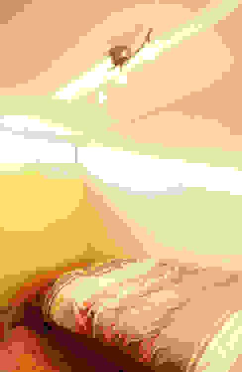 イロイロのイエ: 一級建築士事務所あとりえが手掛けた寝室です。,モダン