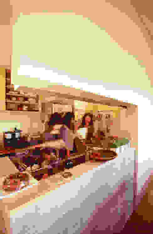 Cocinas de estilo moderno de 一級建築士事務所あとりえ Moderno