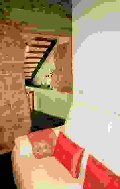vivienda unifamiliar estilo rustico Pasillos, vestíbulos y escaleras de estilo rústico de cota-zero, tenica y construcción integrada, s.l. Rústico