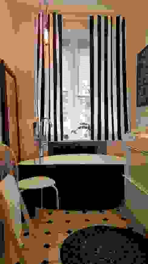 Klimatyczne mieszkanie w starej kamienicy: styl , w kategorii Łazienka zaprojektowany przez Project Art Joanna Grudzińska-Lipowska,Skandynawski