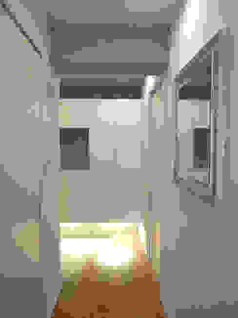Pasillos, vestíbulos y escaleras de estilo industrial de 株式会社インテックス Industrial