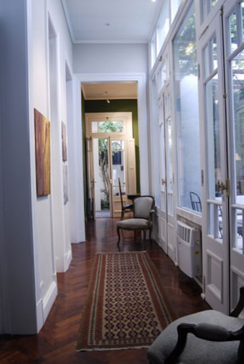 Galería interna / corredor. Eclectic style corridor, hallway & stairs by Radrizzani Rioja Arquitectos Eclectic Glass