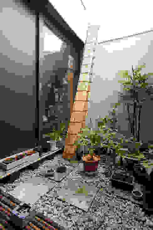 2階坪庭 和風デザインの テラス の homify 和風 鉄/鋼