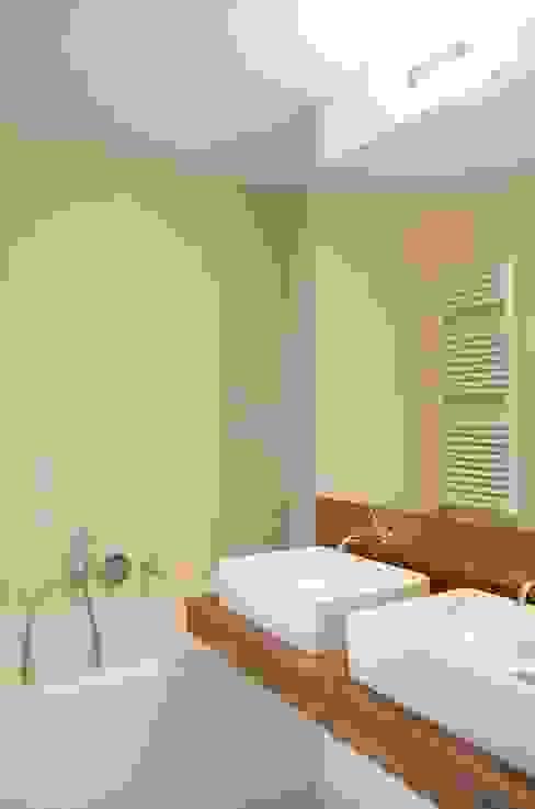 Avramovic Sion Salle de bain moderne par Modelmo ScPRL Moderne