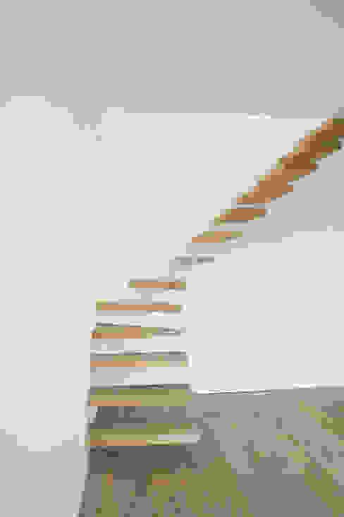 Langlois Lorris Couloir, entrée, escaliers modernes par Modelmo ScPRL Moderne