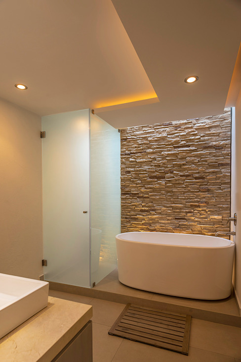 Modern style bathrooms by ROMERO DE LA MORA Modern