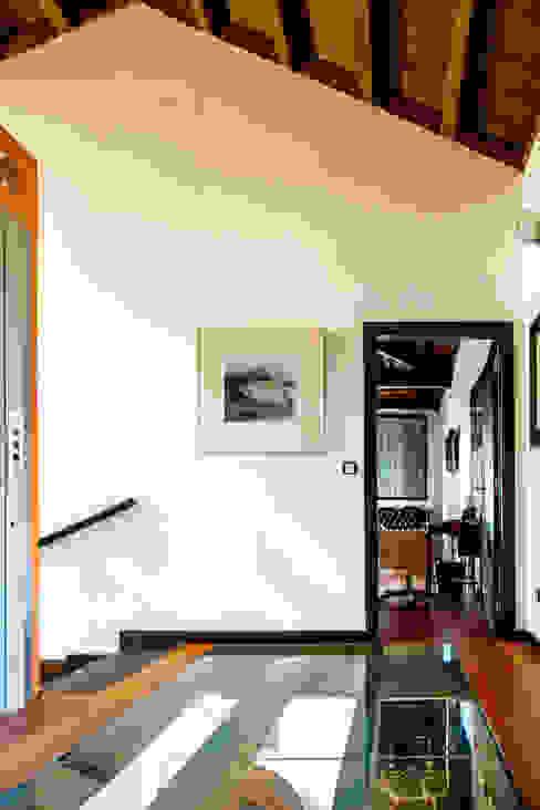 Couloir et hall d'entrée de style  par Belén Sueiro, Moderne