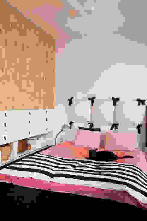 Dormitorios de estilo moderno de Sic! Zuzanna Dziurawiec Moderno Tableros de virutas orientadas