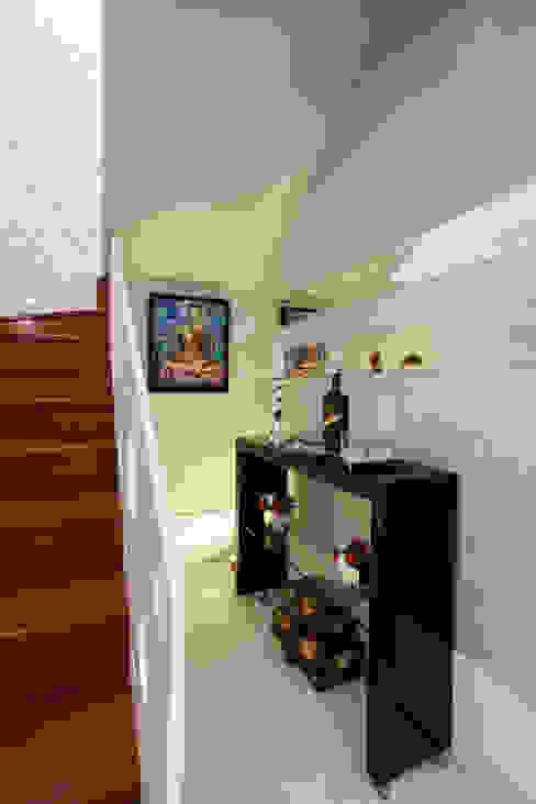 Vestíbulos, pasillos y escaleras de estilo  por homify,
