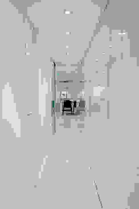 Casa Manises - Pasillo Pasillos, vestíbulos y escaleras de estilo minimalista de Chiralt Arquitectos Minimalista
