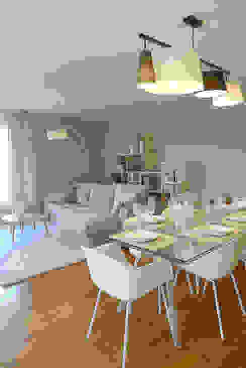 Une pièce à vivre au style scandinave Salle à manger moderne par homify Moderne Bois Effet bois