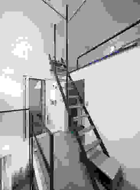 Modern Corridor, Hallway and Staircase by 토맥건축사사무소 Modern