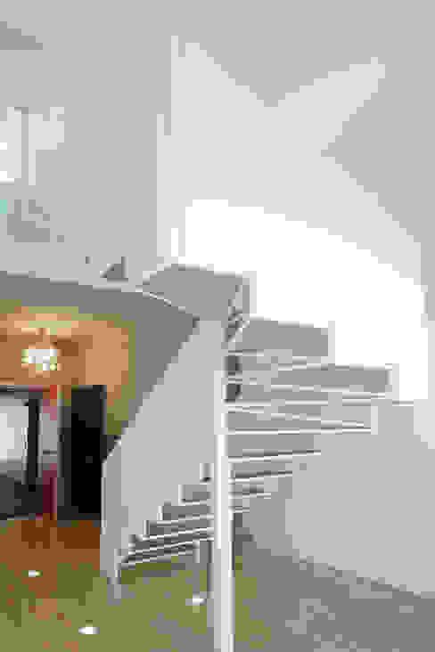 Couloir, entrée, escaliers modernes par jordivayreda projectteam Moderne