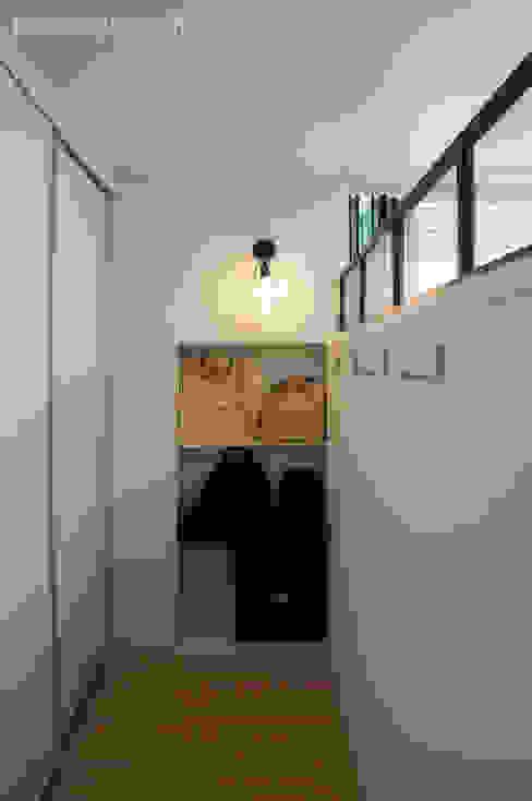 Pasillos, vestíbulos y escaleras de estilo moderno de 디자인브리드 Moderno