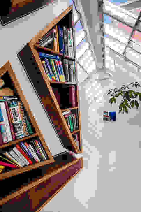 Our photoshoot of apartment design by Biderman Architects: styl , w kategorii Korytarz, przedpokój zaprojektowany przez Ayuko Studio ,Nowoczesny Drewno O efekcie drewna