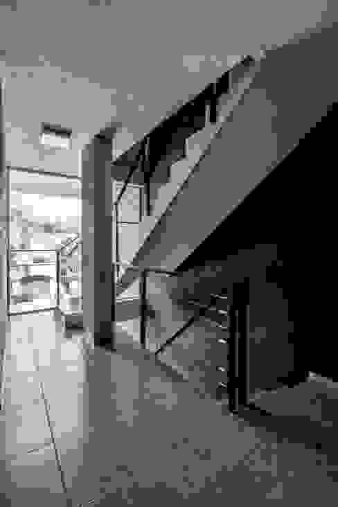 DETALLE INTERIOR - ESCALERA Pasillos, vestíbulos y escaleras modernos de CELOIRA CALDERON ARQUITECTOS Moderno