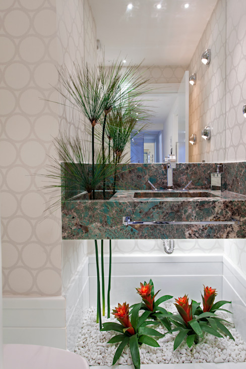 Moderne badkamers van Designer de Interiores e Paisagista Iara Kílaris Modern Marmer