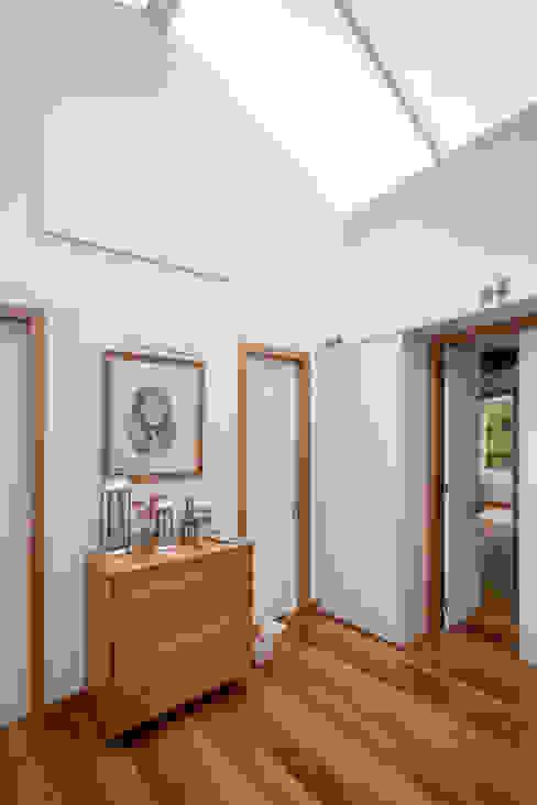 Pasillos y recibidores de estilo  por Maria Claudia Faro