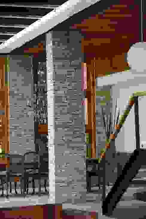Phòng ăn phong cách nhiệt đới bởi Maria Claudia Faro Nhiệt đới Cục đá