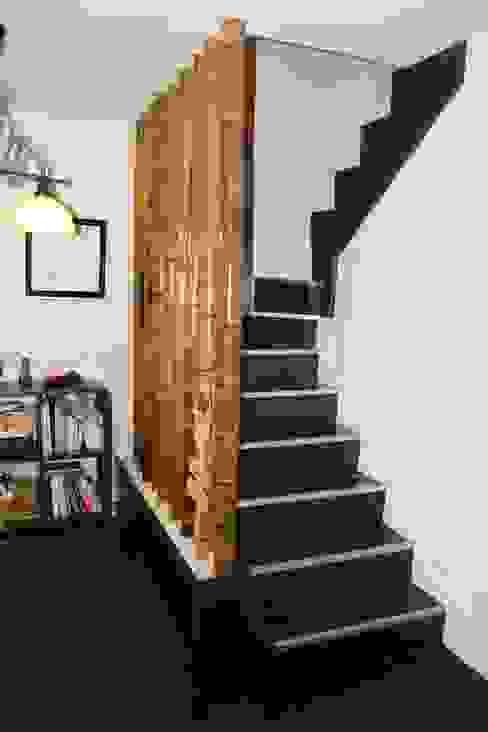 BARANDILLA Y SUELO Y JARDINERA DE LAMINADO. Pasillos, vestíbulos y escaleras de estilo moderno de LA CARPINTERIA Moderno