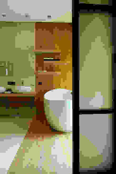 Загородный дом Ванная комната в стиле модерн от Армен Мелконян Модерн
