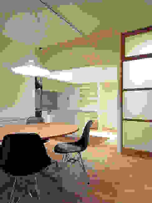 Comedores de estilo moderno de 村松英和デザイン Moderno