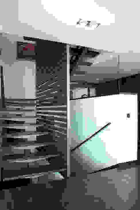 DO Alella House Pasillos, vestíbulos y escaleras de estilo moderno de EAIM Estudio de Arquitectura e Ingenieria Mirtolini Moderno