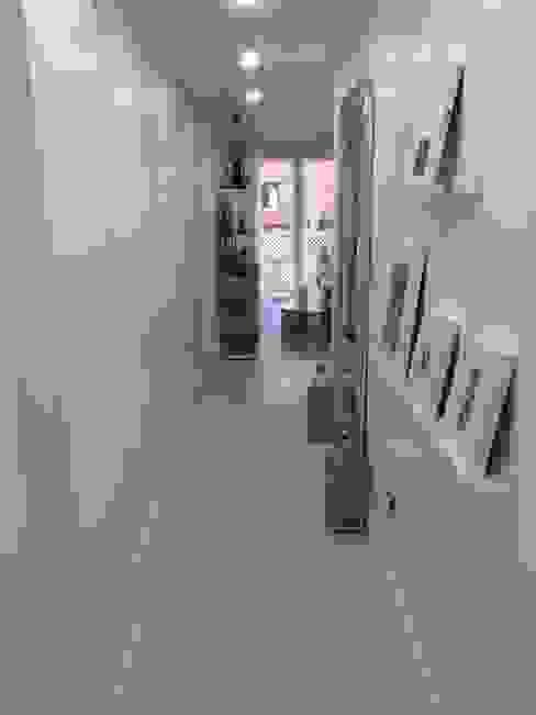 ENTRADA VIVIENDA Nahar Gres, S.L. Pasillos, vestíbulos y escaleras de estilo moderno