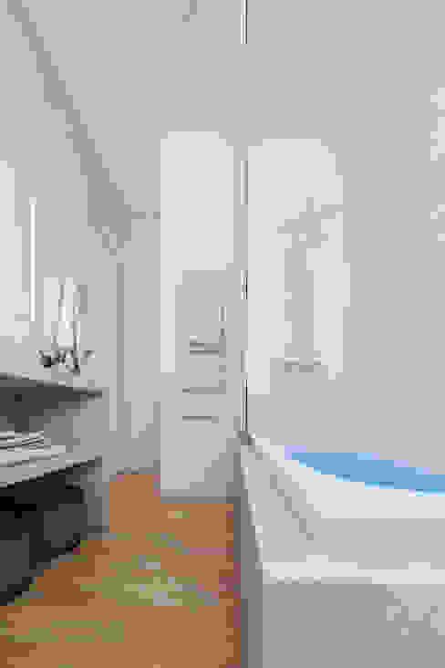 Salle de bain en béton et bois Salle de bain moderne par Agence KP Moderne Béton
