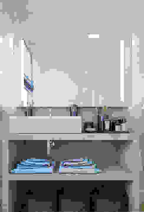 salle de bain en béton ciré Salle de bain moderne par Agence KP Moderne Béton