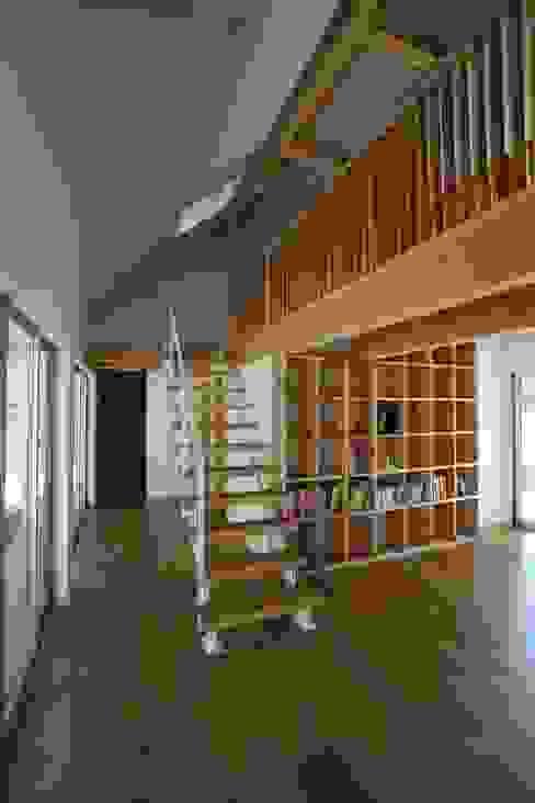 Pasillos, vestíbulos y escaleras eclécticos de 一級建築士事務所たかせao Ecléctico Hierro/Acero