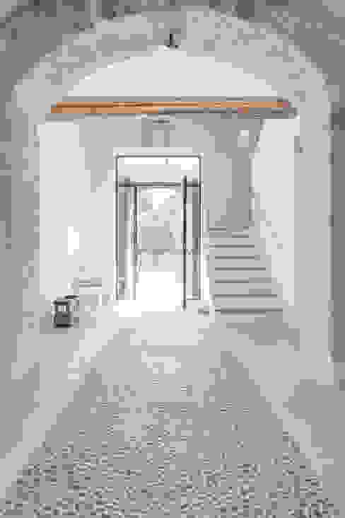 FELANITX RENOVATION Pasillos, vestíbulos y escaleras de estilo rústico de munarq Rústico