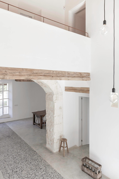 Corredores, halls e escadas rústicos por munarq Rústico