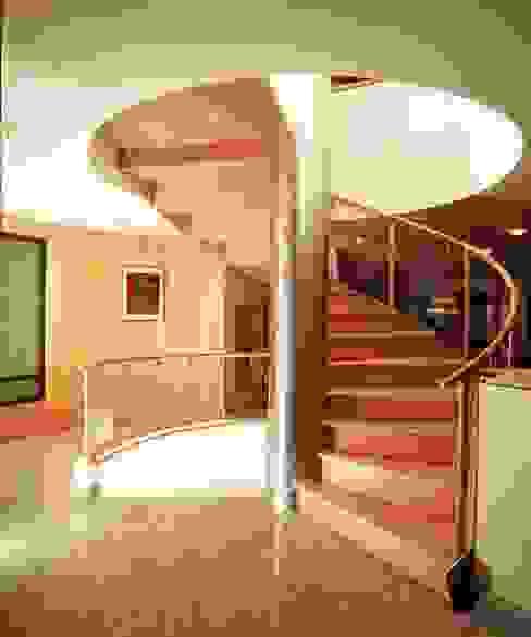 Pasillos, vestíbulos y escaleras modernos de Diseño Integral En Madera S.A de C.V. Moderno