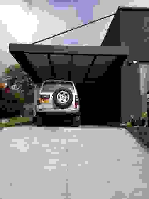 Garage / Hangar modernes par Andrés Hincapíe Arquitectos A H A Moderne