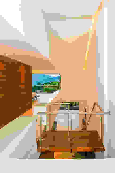 Pasillos, vestíbulos y escaleras modernos de FR ARQUITECTURA S.A.S. Moderno