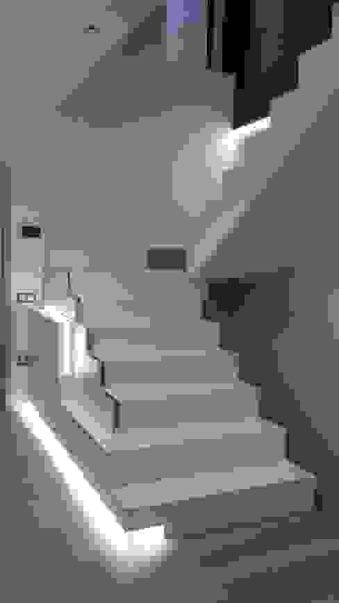 chalet adosado en imaginalia albacete Nowoczesny korytarz, przedpokój i schody od torradoarquitectura Nowoczesny