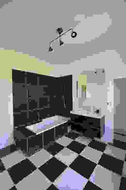 Rénovation et agrandissement d'une maison individuelle Salle de bain moderne par SARA Architecture Moderne
