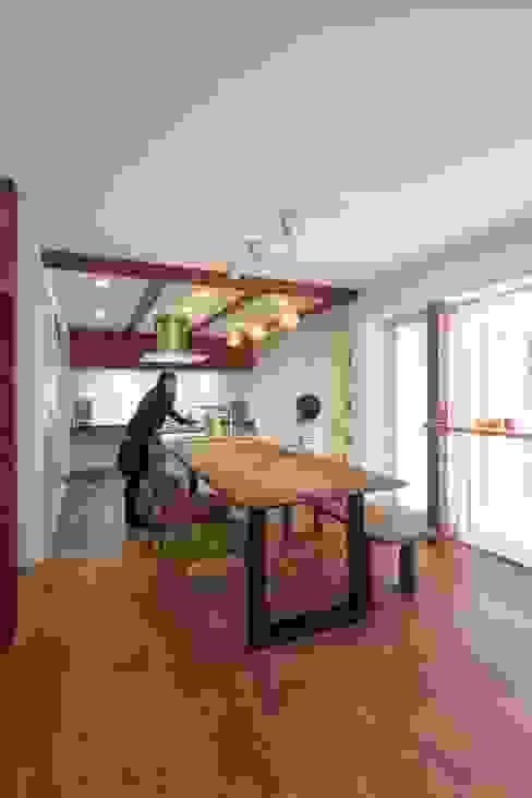 自分だけの空のあるイエ モダンな キッチン の アトリエ エフ・スタイル モダン