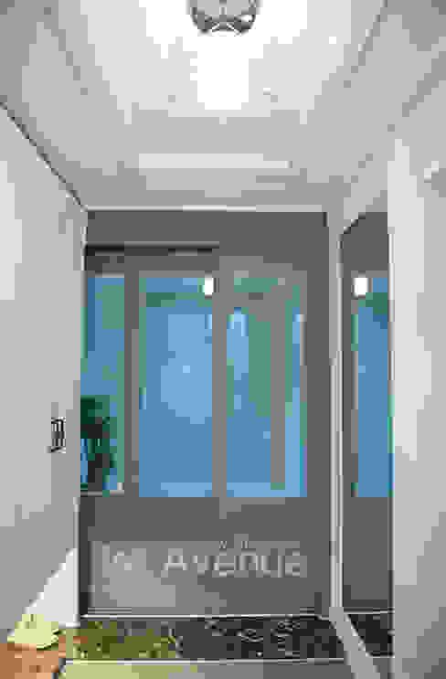 Pasillos, vestíbulos y escaleras de estilo moderno de 퍼스트애비뉴 Moderno