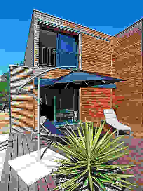 VILLA L.02 Balcon, Veranda & Terrasse modernes par TRIBU ARCHITECTES Moderne