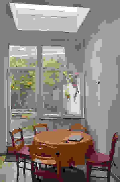 Extension d'une maison unifamiliale à Ixelles Cuisine moderne par Responsible Young Architects sprl Moderne Bois Effet bois