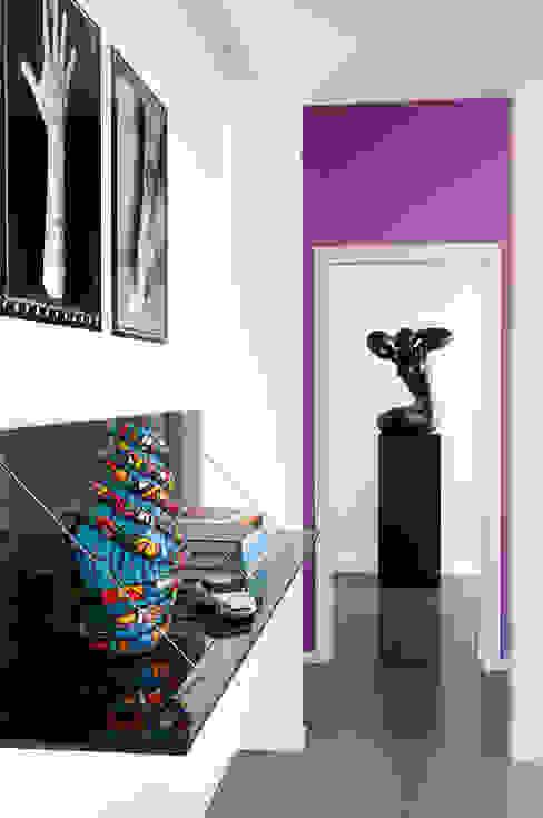 PDV studio di progettazione Corredor, vestíbulo e escadasCômodas e estantes Preto