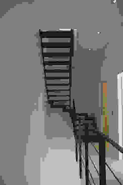 Villa Bre&Cas Couloir, entrée, escaliers modernes par Y architecture Moderne