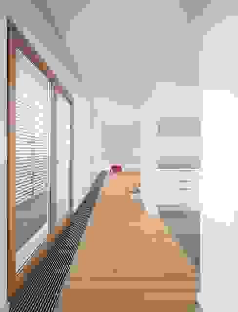 CORREDOR Corredores, halls e escadas modernos por OW ARQUITECTOS lda | simplicity works Moderno Madeira maciça Multicolor