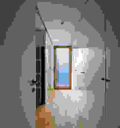 CLOSET Closets modernos por OW ARQUITECTOS lda | simplicity works Moderno Madeira maciça Multicolor