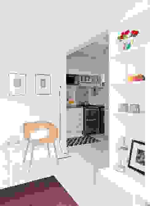 Minimalistische Küchen von INÁ Arquitetura Minimalistisch